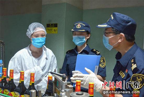 江门海关工作人员到企业监督抽检酱油。李保华 摄