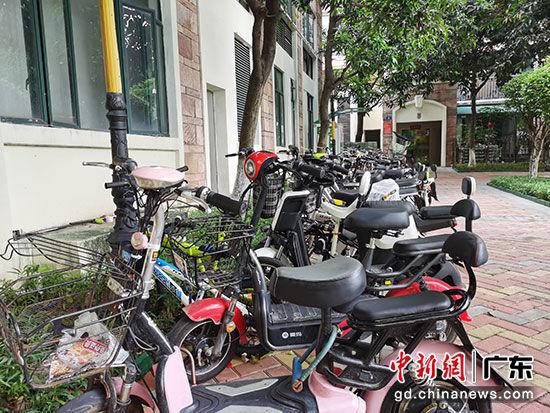 图为广州某小区内停放的电动车