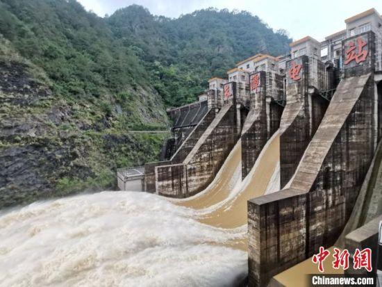 梅州市调度长潭水库开闸泄洪,提前腾空库容拦蓄洪水。梅州市水务局供图