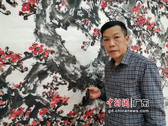 陈志雄在创作国画红棉。 受访者供图