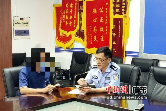 东莞站派出所所长陈建华与离家出走孩子的父亲谈心。 通讯员 刘妍 摄