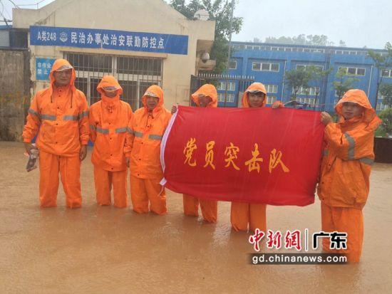 深圳供电段党员突击队队员在一线进行防洪工作。作者:刘海龙