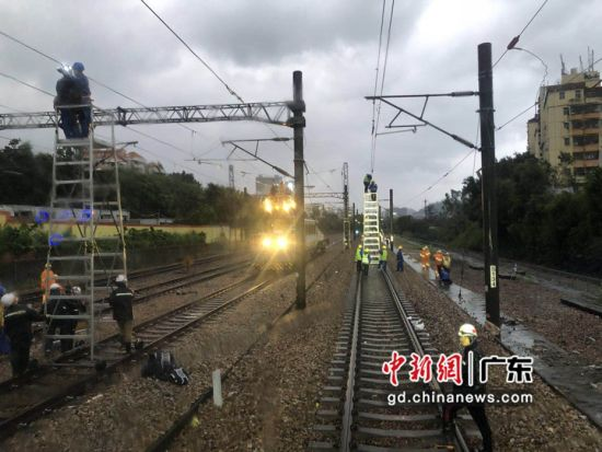 深圳供电段防洪期间设备排查。作者:刘海龙
