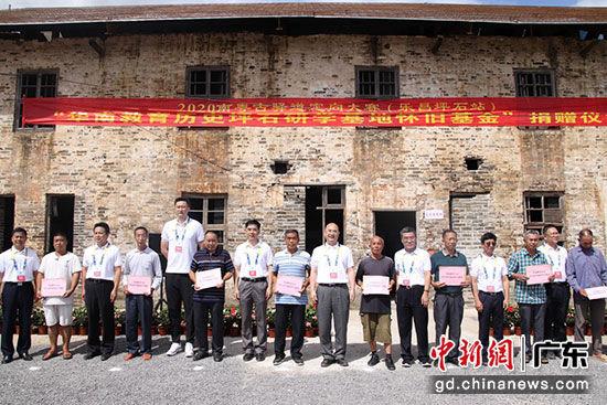 10位村民接收代表接受基地捐赠 主办方供图