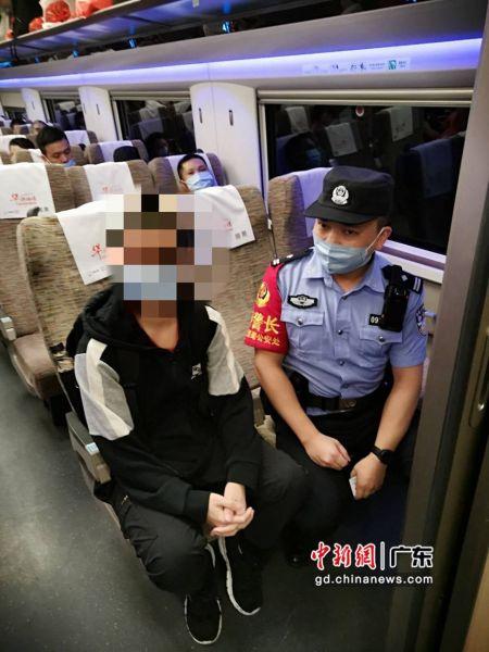 图为深铁乘警在列车上与小凌交谈。通讯员 黄子妍 摄