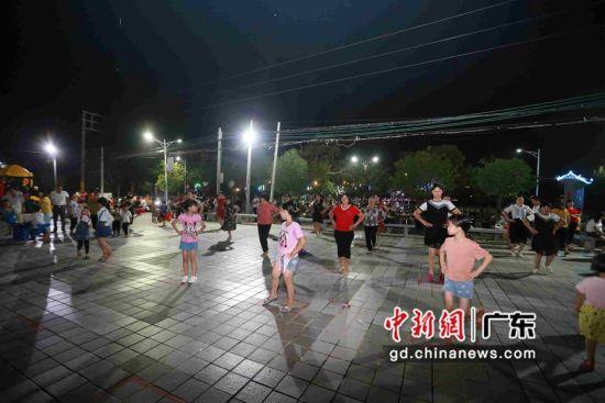 广东省铁投集团在凤光村捐资修建的文化广场 。作者:陈晓伟