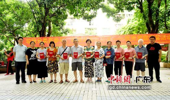 主办单位为10户垃圾分类优秀家庭代表颁发证书并合影。(姬东摄影)