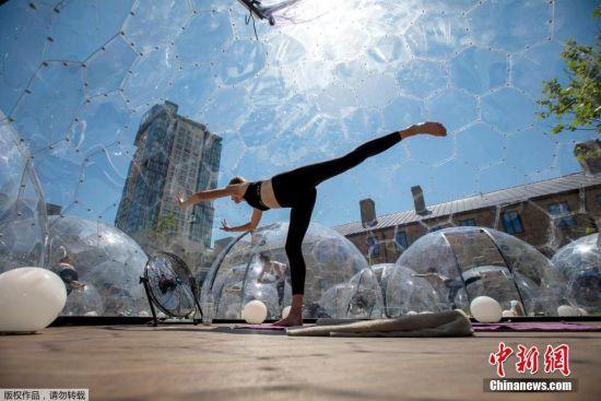 """加拿大民众透明圆顶屋里做瑜伽 保持""""社交距离"""""""