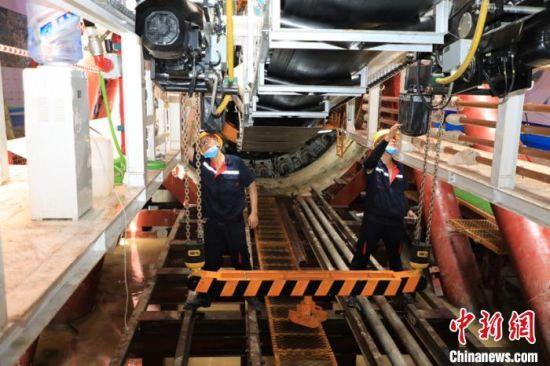 工作人员在做盾构机出发前的检测。 广东省水利厅 供图