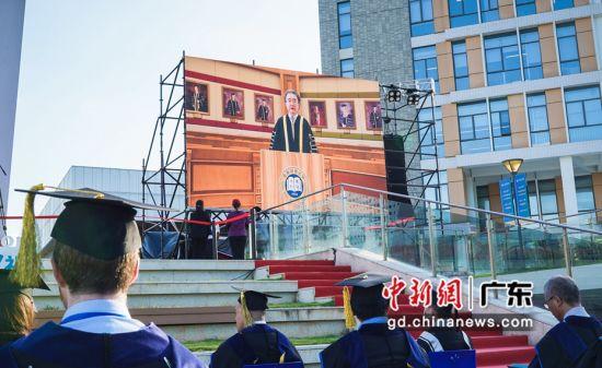 香港浸会大学校长钱大康教授在云端寄语毕业生。杨炜民摄影