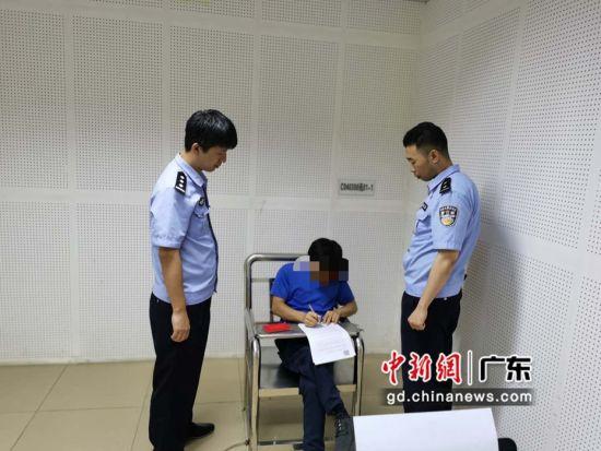 民警对未履行网络安全技术措施的某科技有限公司法人处以行政处罚。周学良摄影