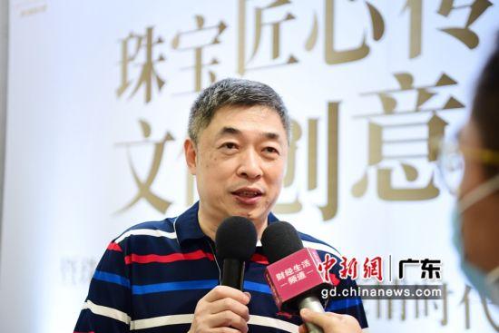 图为特力集团总经理吕航接受媒体记者采访。