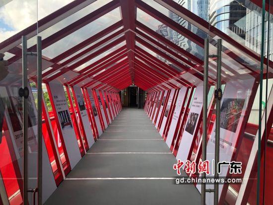 前海党群服务中心的成果展示走廊区域。朱族英 摄