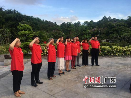 图为惠州市红色文化促进会党员与入党积极分子在叶挺将军纪念园重温入党誓词 惠州市红色文化促进会供图