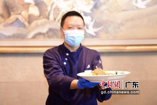 大厨展示荔枝美食。通讯员 供图