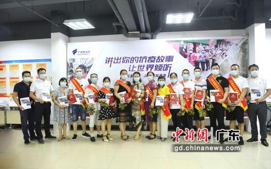 """广州三元里松柏岗社区举行""""讲出你的抗疫故事,让世界倾听""""社区故事会。姬东 摄"""