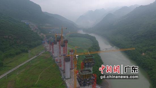 广连项目塔吊启动防台措施。陀扬柯 摄