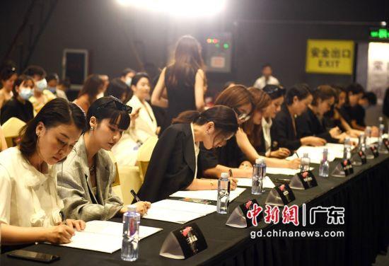14家合作品牌签约仪式。姬东摄影