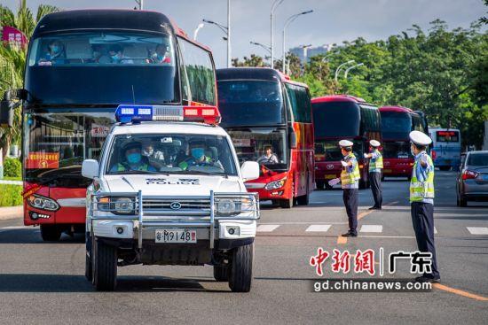 7月7日上午,梅州公安交警警车护送考生大巴到考点。 何志林 摄