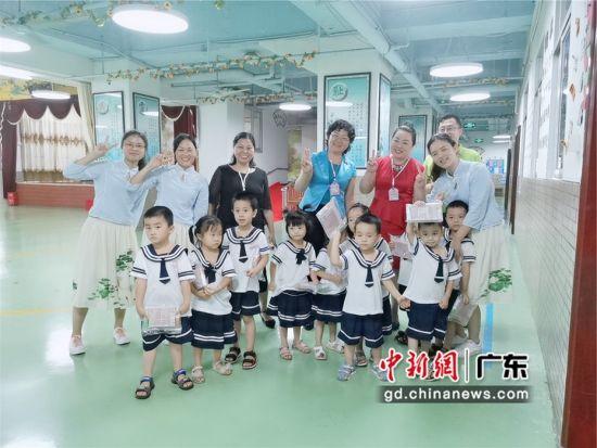 图为中国青爱工程、健康惠州行动志愿服务队惠城区分队的志愿者们专程到广东惠州市惠城区天居幼儿园向小朋友赠送健康爱心包 健康惠州行动志愿服务队惠城区分队供图