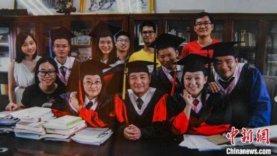 罗必良教授与学生的合影。 陈骥�F 摄
