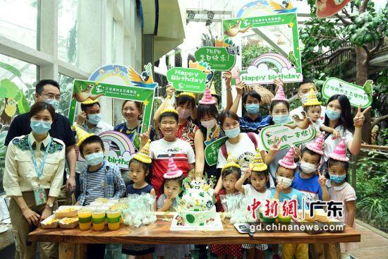 游客们为刚满一周岁的正佳雨林生态植物园庆生。(姬东摄影)