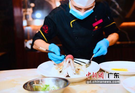 大厨周介绍并制作黄金荔枝菌酸汤鱼。通讯员 供图