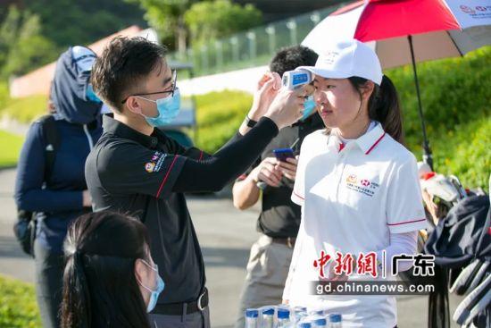 7月15日,球员在进入球场前接受体温检测。睿体育 摄