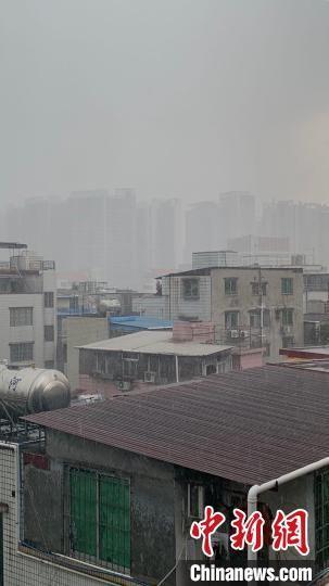 21日中午12时许,广州多地遭遇雷雨天气。 王坚 摄