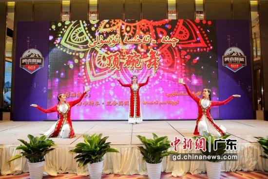 民族舞蹈表演亮相2020年叶城新藏线旅游专场推介会。通讯员 供图