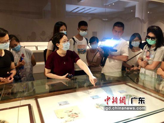 广州艺博院前副院长、研究员陈滢对书画作品进行专业讲解。 蔡伟英 摄