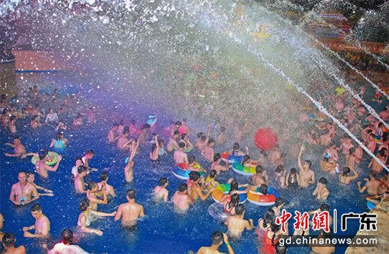 夜场水公园 深圳欢乐谷供图