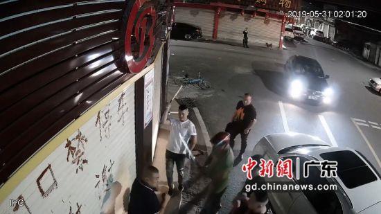 寻衅滋事殴打受害群众。汕公宣供图