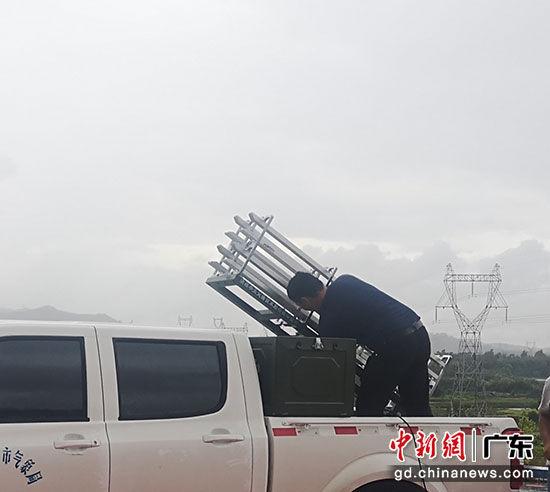 7月31日上午,作业人员在台山市歧山水库作业点做发射前最后准备工作。气象局 供图