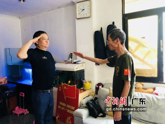中建三局员工、退伍军人郭明建向老兵老兵莫纯基致敬。作者:吴羊佩