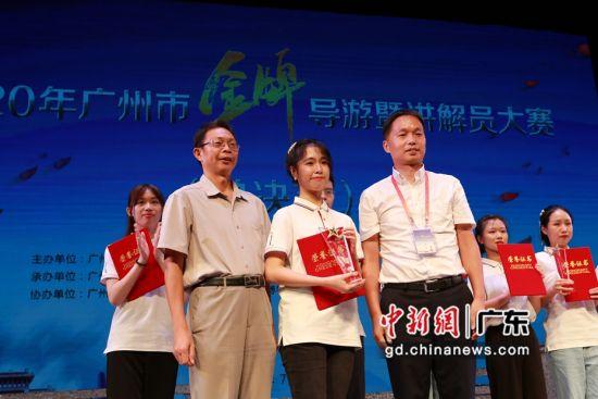 为大学生组冠军李颖瑶颁奖。作者:范舟波