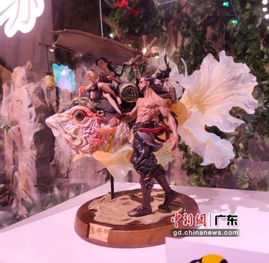 """""""花鸟鱼虫""""手办艺术展启动仪式在广州正佳雨林生态植物园举行,展出作品《鱼。将.行》。姬东 摄"""