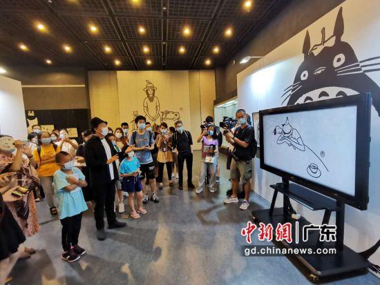 8月4日,金城老师出现在现场,为慕名而来的众多观众导览。作者:郭军