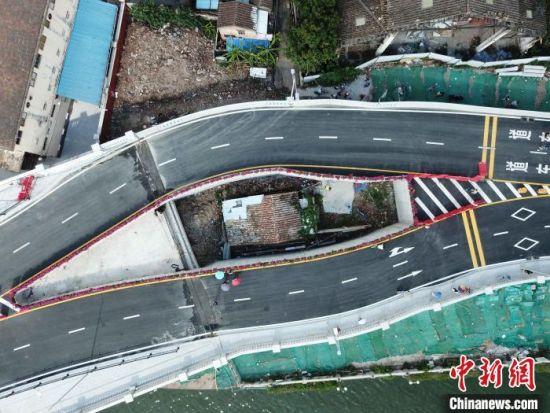 """广州海珠涌大桥的""""桥中屋""""。 姬东 摄"""