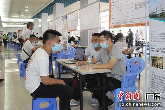 8月3日,在江门首场市级线下招聘会上,55家用人单位提供岗位1308个。李伟良 供图