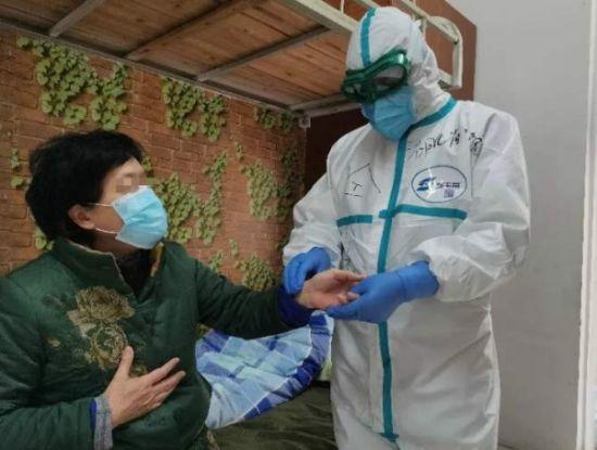 仝小林院士在武汉抗疫期间为病人诊治。