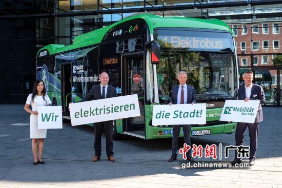 首台12米纯电动大巴交付仪式现场。(比亚迪 供图)