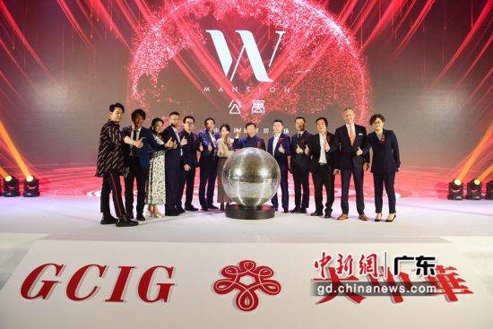 图为大中华国际集团董事局主席黄世再(右六)等嘉宾在一起宣告W公寓即将推出。陈文摄影