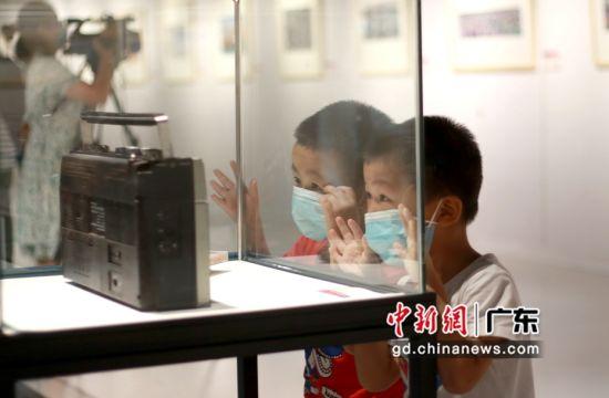 图为儿童在展馆内进行参观。深圳龙岗区 供图