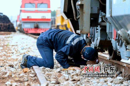 轨道车司机全面检查车体。作者:蒋赛