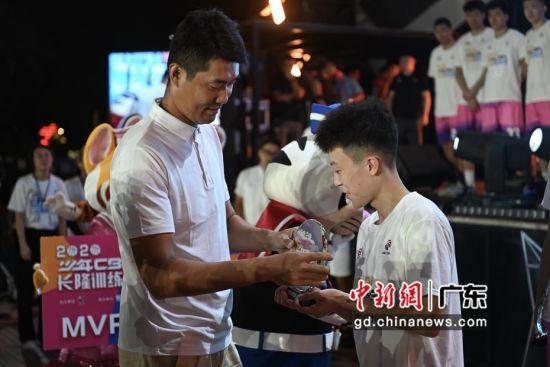 广州长隆水上乐园13日举行少年CBA长隆训练营颁奖式,前CBA球星王仕鹏为训练营学员颁奖。王华摄影