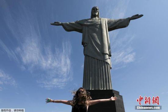 当地时间8月15日,巴西里约热内卢旅游景点重新开放,游客参观基督像。据报道,因受到新冠肺炎疫情影响,耶稣像此前是被关闭的地标之一。基督像落成于1931年,总高38米,站立在科科瓦多山顶,俯瞰着整个里约热内卢市。