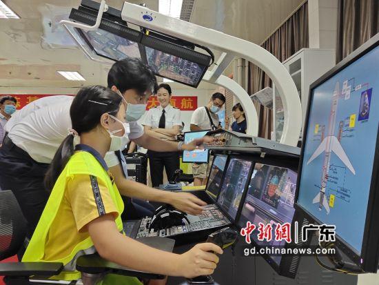 南航举办广东援鄂医护人员专场开放日活动。图为参观者在体验模拟驾驶。作者:姬东