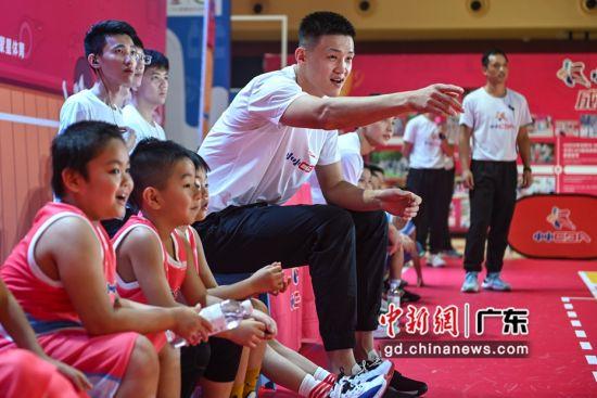 """8月23日,周鹏化身教练指导""""小小CBA""""球员。陈骥�F 摄"""