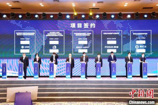 2020年广州国际投资年会28日开幕,期间举行重大项目集中签约活动。现场签约重大项目超过250个,协议总投资额超6000亿元。 王华 摄